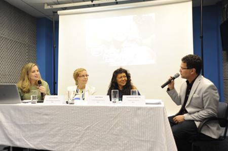 Eliana Pegorim, Liz Almeida, Maria do Espírito Santo e Rodrigo Motta sentados atrás de uma mesa