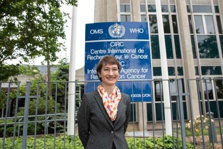 Imagem da médica brasileira, Elisabete Weiderpass Vainio em frente a Agência Internacional para Pesquisa em Câncer (IARC)