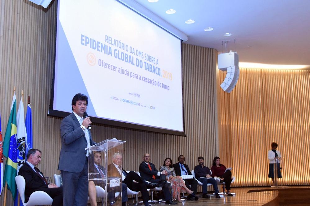 Ministro da Saúde, Luiz Henrique Mandetta, faz pronunciamento durante o lançamento do Relatório da OMS sobre epidemia global de tabagismo. No palco, diversas autoridades que trabalham com saúde e controle do tabagismo