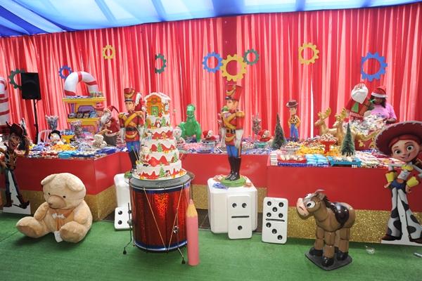 Mesa arrumada com doces e decoração natalina