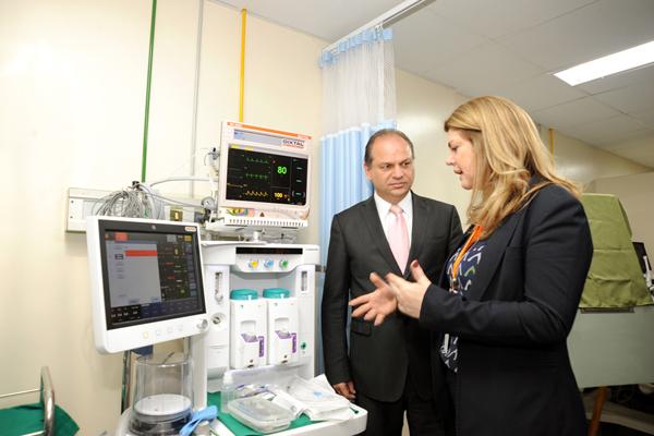 Diretora Ana Cristina Pinho mostra novos equipamentos para o ministro Ricardo Barros