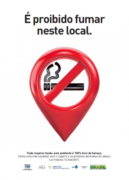 """Parte superior da imagem com dizeres """"É proibido fumar neste local"""". No centro está o simbolo de proibido fumar dentro de um balão vermelho."""