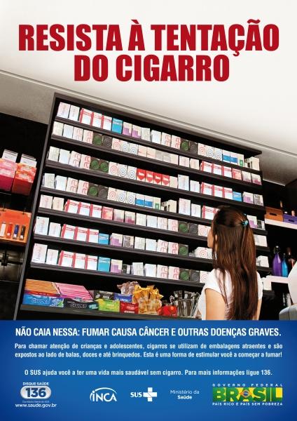 """Capa de filipeta com título """"resista à tentação do cigarro"""". Traz imagem de uma adolescente em frente a display de ponto de vendas, como padaria, com embalagens de cigarros e guloseimas junto. Slogan: """"não caia nessa: fumar causa câncer e outras doenças g"""
