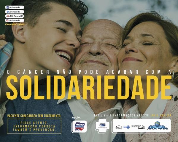 Avós e neto se abraçam felizes. O câncer não pode acabar com a solidariedade.
