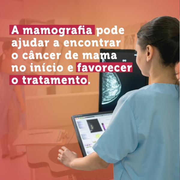 """Imagem de uma mulher de costas, com jaleco azul, usando um computador com uma imagem de uma mamografia e o texto """"A mamografia pode ajudar a encontrar o câncer de mama no início e favorecer o tratamento"""""""