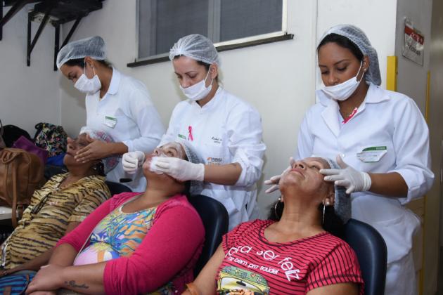 Pacientes puderam relaxar recebendo massagem facial