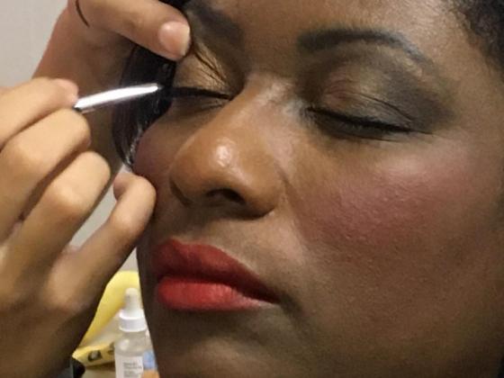 Um dos serviços oferecidos foi o de maquiagem