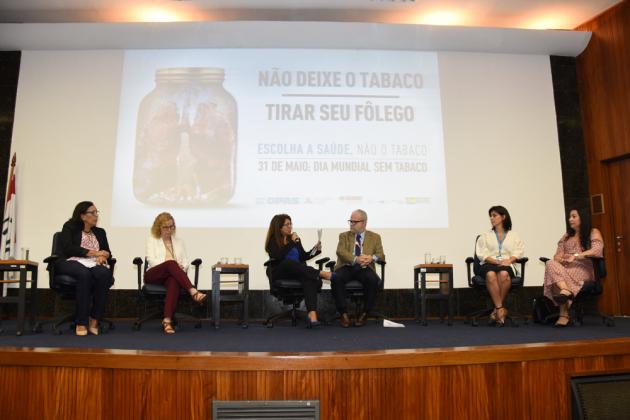 Jornalista Rosayne Macedo moderou o debate, que reuniu profissionais de saúde do INCA, da organização The Union e da Vigilância Sanitária