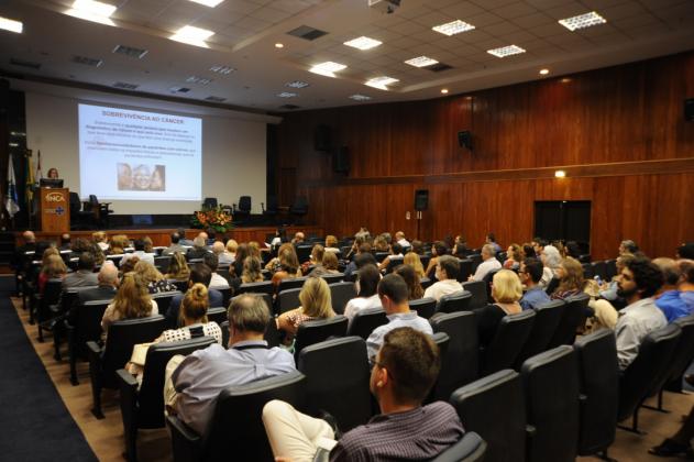 Liz Almeida explicou a dinâmica do estudo e a diferença entre sobrevida e sobrevivência ao câncer