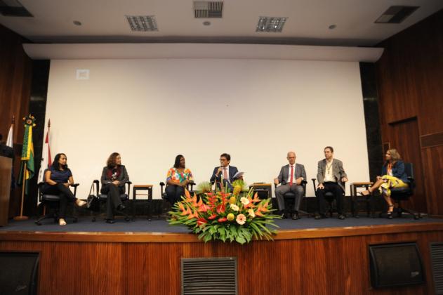 Debate reuniu paciente e profissionais de saúde. A moderação foi do jornalista Rodolfo Schneider (centro)