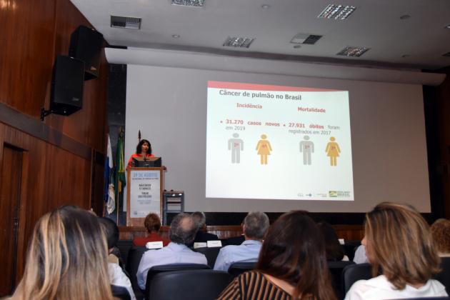 Mirian Carvalho demonstrou que as taxas de mortalidade por câncer de pulmão entre os homens está caindo e subindo entre as mulheres