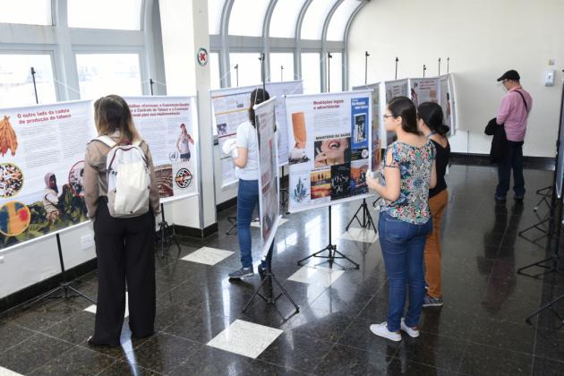 """A exposição """"A trajetória do controle do tabaco no Brasil"""" foi montada no hall do auditório"""