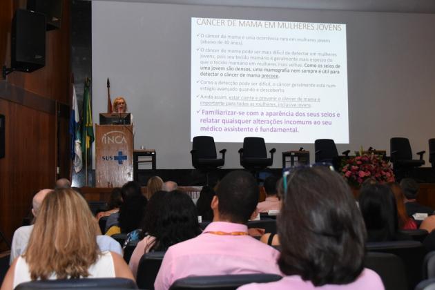 Liz Almeida, chefe da Divisão de Pesquisa Populacional, apresentou dados de incidência e mortalidade por câncer de mama no Brasil em relação ao resto do mundo