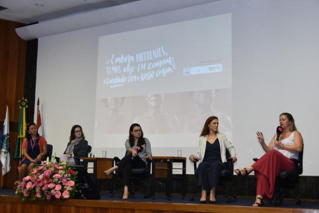 Debatedoras discutiram como enfrentar o medo do câncer, sob mediação da jornalista Luana Bernardes, da Rádio Band News FM (centro)