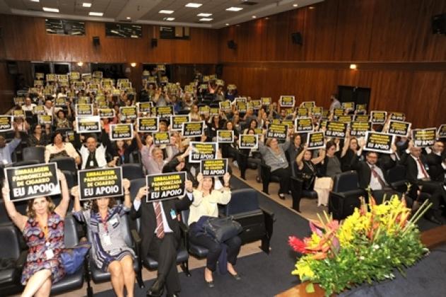 Plateia levanta placa em apoio a campanha da padronização da embalagem do cigarro