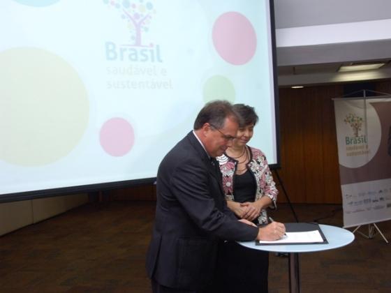 Luis Fernando Bouzas assina termo de cooperação para promover alimentação saudável com  ministra do Desenvolvimento Social, Tereza Campello