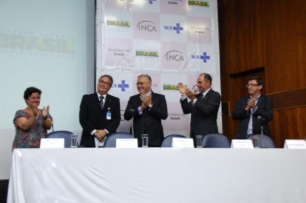 Mônica Almeida, Alberto Beltrame, Luis Felipe Ribeiro e José Prado Jr. aplaudem de pé o novo diretor-geral