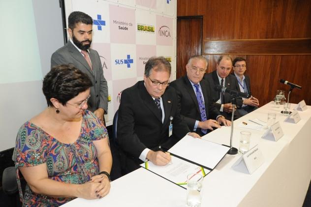 Luis Fernando Bouzas assina o termo de posse
