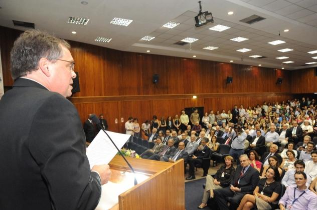 Com o auditório lotado, Luis Fernando Bouzas faz seu discurso de posse como novo diretor-geral do INCA