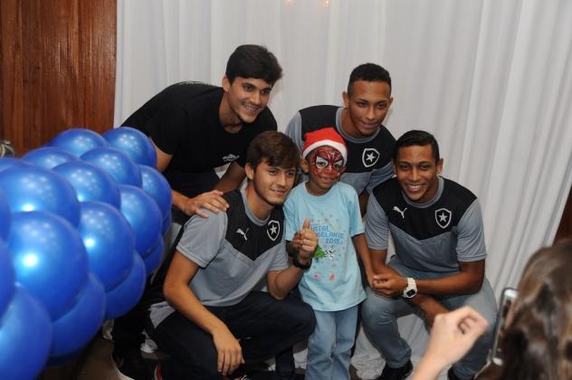 Os jogadores do Botafogo posaram para fotos com os pacientes.