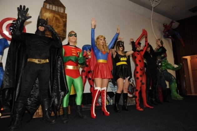 Tema da festa, os super-heróis estiveram presentes para brincar com as crianças