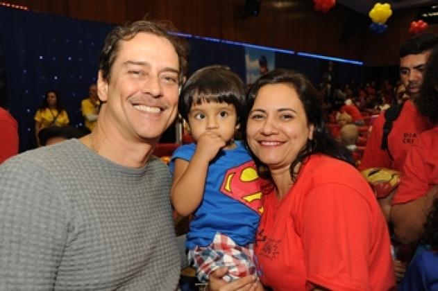 Marcello Antony recebeu algumas crianças para fotos