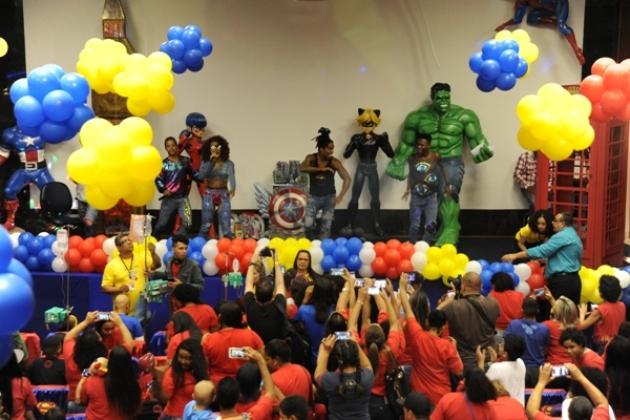 O grupo de funk DreamTeam do Passinho levou diversão e música para as crianças