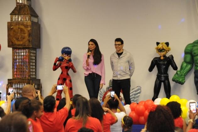 A madrinha do INCAvoluntário, Daniella Sarahyba, e o ator e cantor Cláudio Lins conversaram e contaram histórias para as crianças