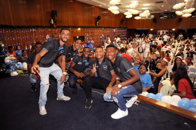 Jogadores do Botafogo da categoria sub-15 tiraram fotos com as crianças