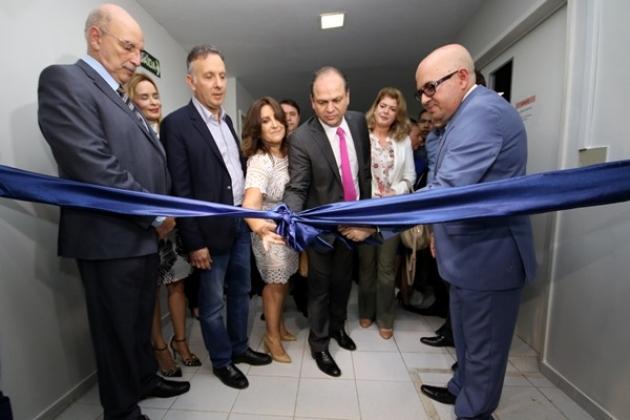Ministro da Saúde Ricardo Barros corta o laço de inauguração do espaço