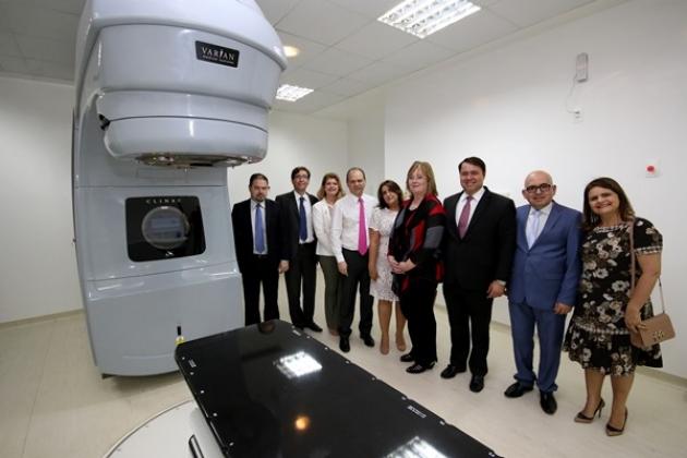 Ministro da Saúde, Ricardo Barros, e Diretora-geral do INCA, Ana Cristina Pinho, posam ao lado da máquina de exames