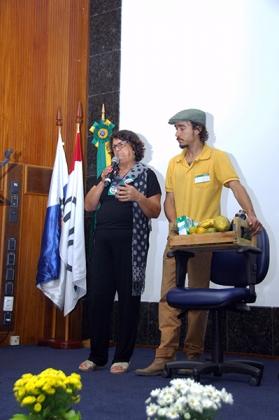 A produtora agroecológica dona Noêmia se emocionou com a delicadeza do trabalho