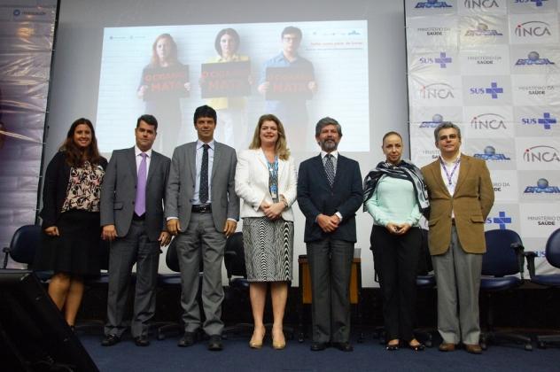 A diretora do INCA, Ana Cristina Pinho (ao centro) e demais integrantes da mesa de abertura do evento