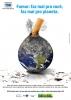 """Cartaz traz imagem de um globo terrestre servindo de cinzeiro para um cigarro a ser apagado. Slogan """"Fumar: faz mal pra você, faz mal para o planeta"""""""