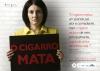 """Malga di Paula, viúva do comediante Chico Anysio, segura placa com dizeres """"O cigarro mata"""". Ao seu lado, temos os dizeres """"O cigarro matou um grande pai, ator e comediante, mas o cigarro roubou de mim, principalmente, o grande amor da minha vida."""""""